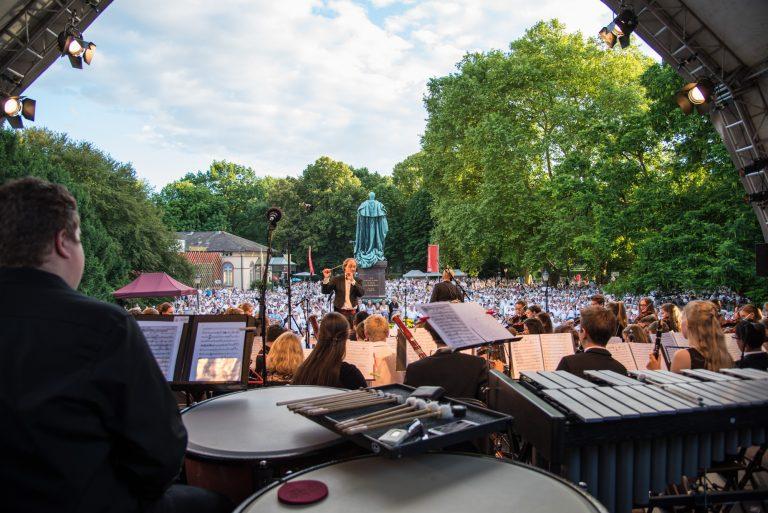 Lars Keitel dirigiert das JSO auf dem Bad Homburger Sommer - Klassikacht in Weiß