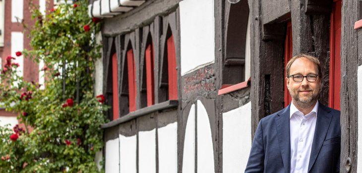 Lars Keitel vor dem alten Rathaus in Burgholzausen