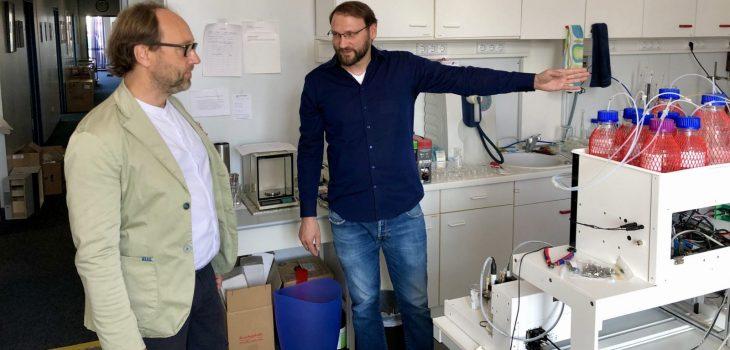 Lars Keitel mit Dr. Frederik Barka bei Firma SunChrom